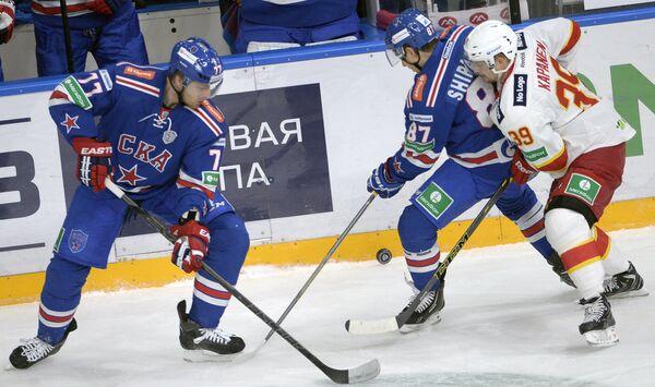Игроки ХК СКА Антон Белов, Вадим Шипачев и форвард ХК Йокерит Нико Капанен (слева направо)