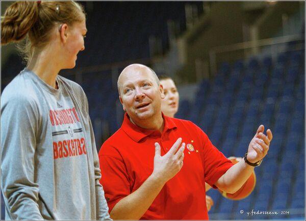 Главный тренер баскетбольной команды Спарта энд К Александр Васин (справа)