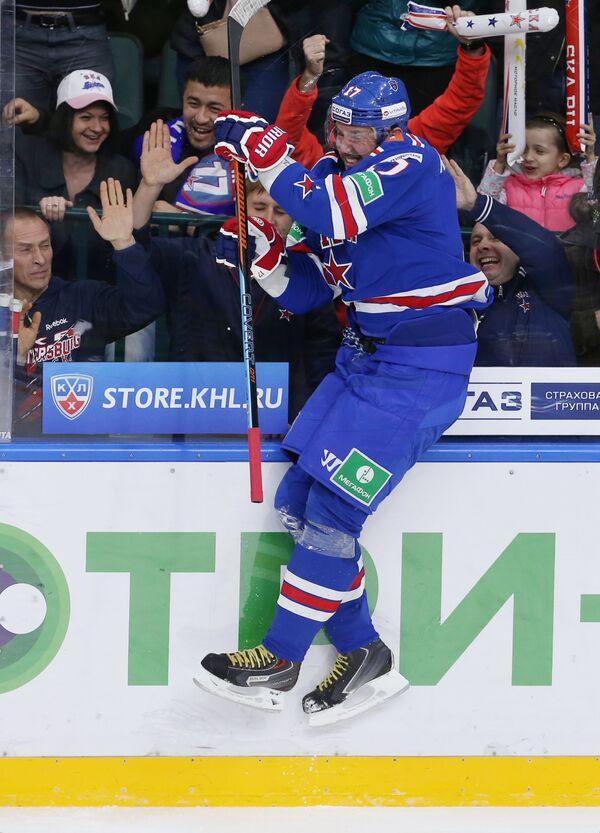 Нападающий СКА Илья Ковальчук радуется заброшенной шайбе в ворота ЦСКА