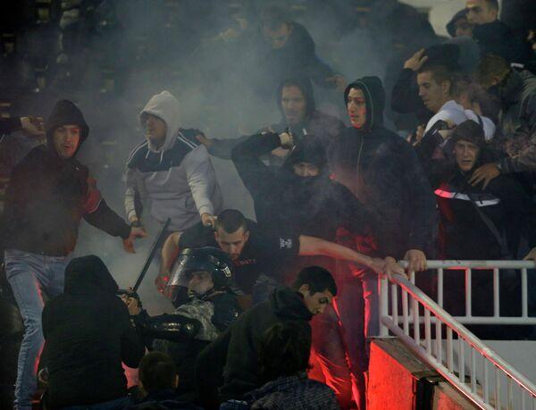 Полицейские и фанаты на матче Партизан - Црвена Звезда