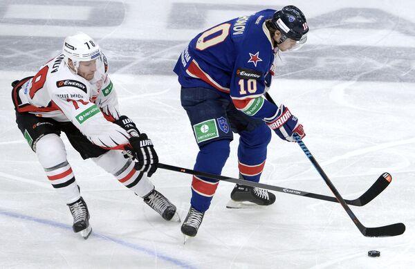 Игрок ХК Авангард Андрей Иванов (слева) и игрок ХК СКА Виктор Тихонов.