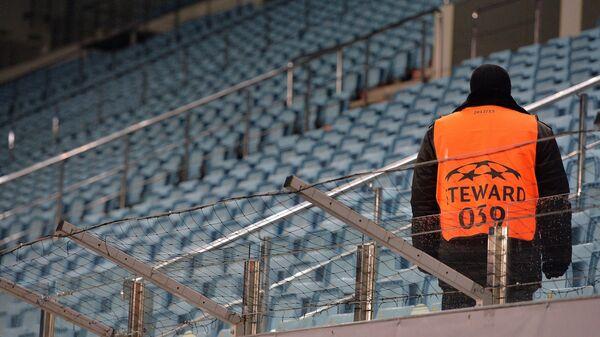 Стюард на фоне пустых трибун стадиона в Химках