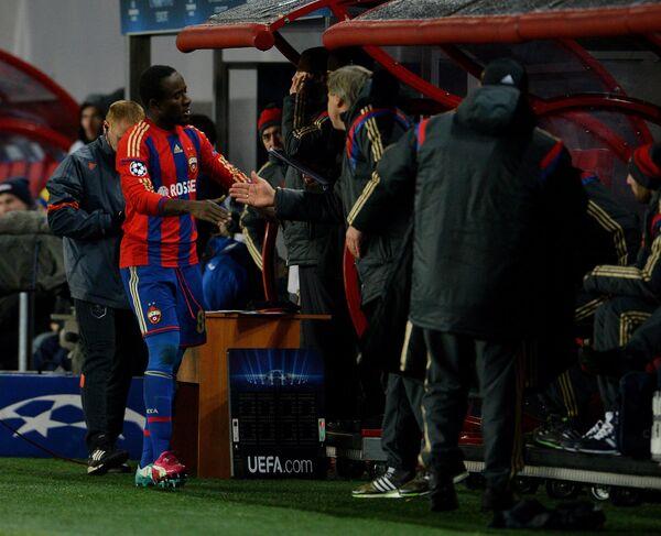 Нападающий ЦСКА Сейду Думбия радуется забитому мячу