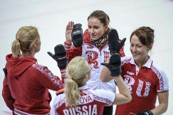 Игроки сборной команды Россия-1 по керлингу Екатерина Галкина и Анна Сидорова (справа налево)