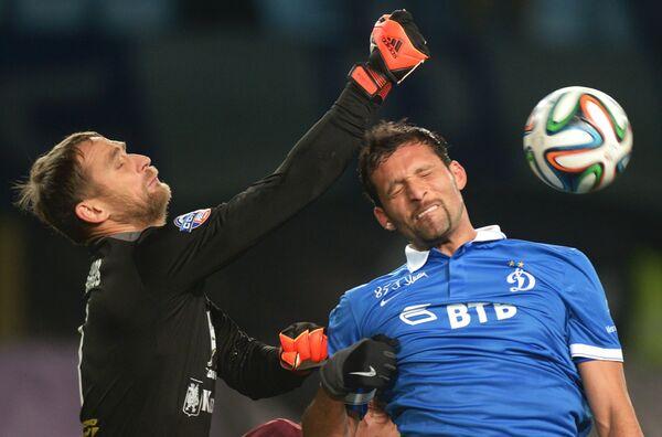 Форвард ФК Динамо Кевин Кураньи (справа) и вратарь ФК Рубин Сергей Рыжиков.