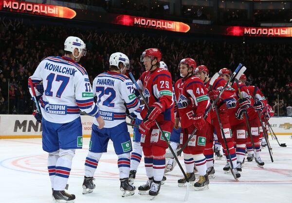 Хоккеисты команд пожимают руки после окончания матча регулярного чемпионата Континентальной хоккейной лиги между ХК Локомотив (Ярославль) и ХК СКА (Санкт-Петербург).