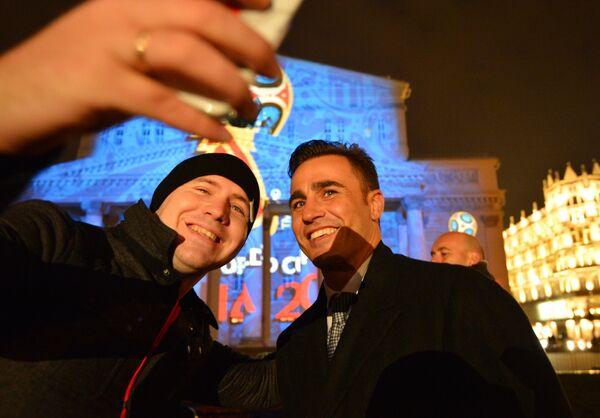 Болельщик фотографируется с лучшим футболистом мира 2006 года Фабио Каннаваро (справа) на презентации официального логотипа чемпионата мира 2018 по футболу у здания Государственного академического Большого театра в Москве