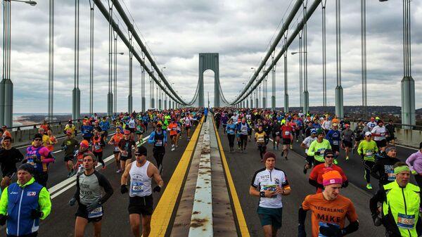 Бегуны на дистанции Нью-Йоркского марафона