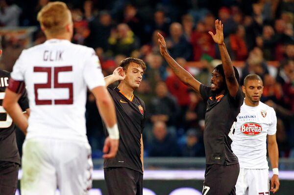 Футболисты Ромы радуются победе