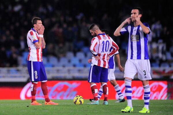 Футболисты Атлетико Марио Манджукич и Арда Туран после второго пропущенного гола от Реала Сосьедада