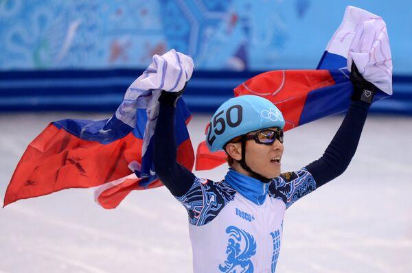 Виктор Ан (Россия) после эстафеты на 5000 метров на соревнованиях по шорт-треку среди мужчин на Олимпийских играх в Сочи
