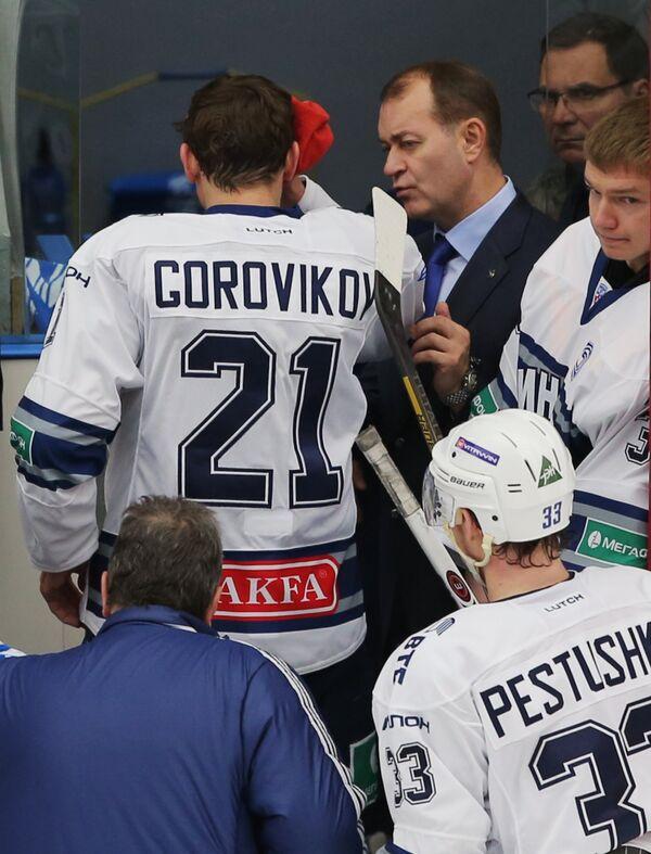 Хоккеист Динамо (Москва) Константин Горовиков, получивший травму покидает площадку.