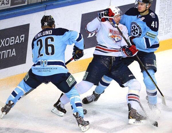 Хоккеисты Сибири Йонас Энлунд (слева), Ярно Коскиранта (справа) и хоккеист Металлурга Ярослав Хабаров.