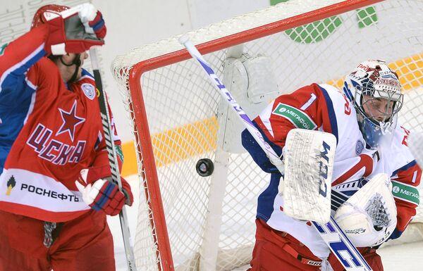 Нападающий ПХК ЦСКА Игорь Григоренко (слева) и вратарь ХК Локомотив Кертис Сэнфорд
