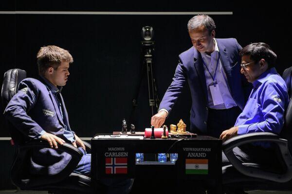 Слева направо: шахматисты Магнус Карлсен (Норвегия) и Вишванатан Ананд (Индия) и Аркадий Дворкович (в центре)