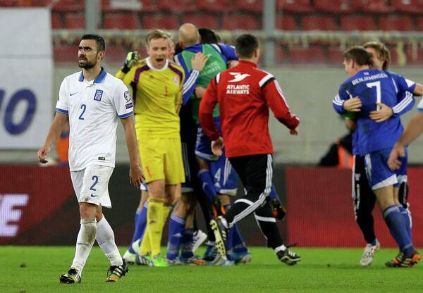 Футболисты сборной Фарерских островов радуются победе над сборной Греции