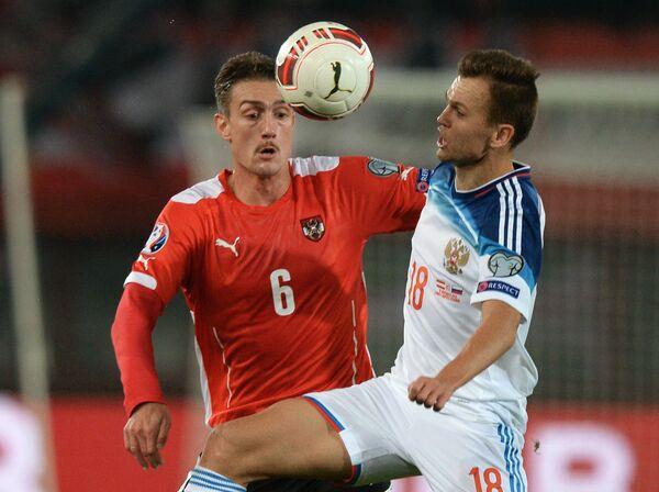 Полузащитник сборной Австрии Штефан Ильсанкер (слева) полузащитник сборной России Денис Черышев