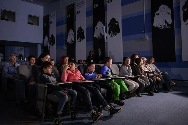 Зрители наблюдают за игрой шахматистов Магнуса Карлсена (Норвегия) и Вишванатана Ананда (Индия) в матче за звание чемпиона мира в Сочи