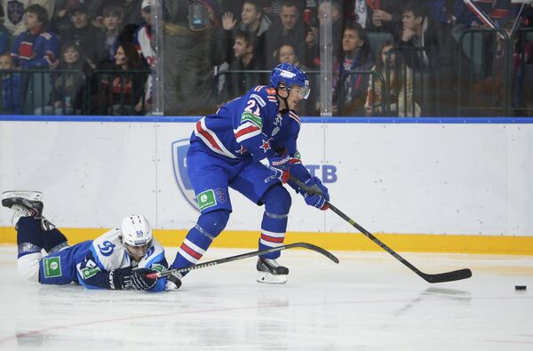 Защитник минского Динамо Ник Бэйлен (слева) и нападающий СКА Джимми Эрикссон
