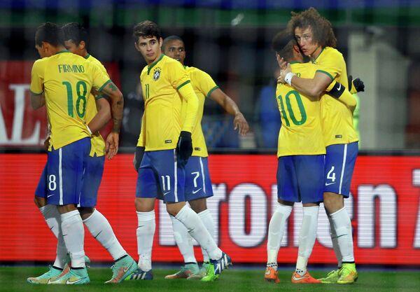 Футболисты сборной Бразилии радуются забитому мячу Давида Луиса (крайний справа)