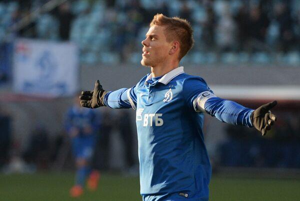Нападающий московского Динамо Александр Кокорин радуется забитому голу