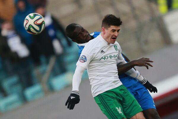Защитник московского Динамо Кристофер Самба (слева) и защитник Терека Марцин Коморовский