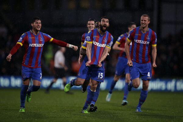Футболисты Кристал Пэласа радуются забитому мячу Майлом Единаком (в центре)