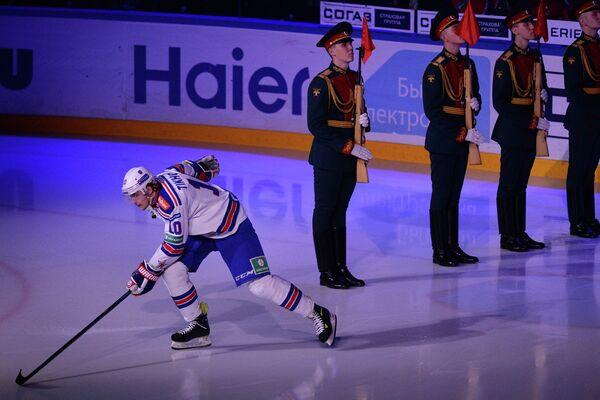 Нападающий ХК СКА Виктор Тихонов перед началом матча регулярного чемпионата КХЛ.