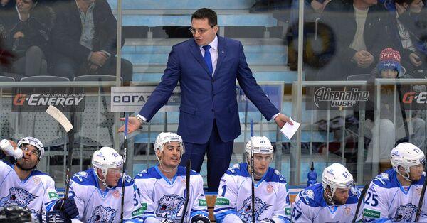 Андрей Назаров (в центре)