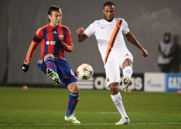 Полузащитник ЦСКА Бибрас Натхо (слева) и полузащитник Ромы Сейду Кейта.