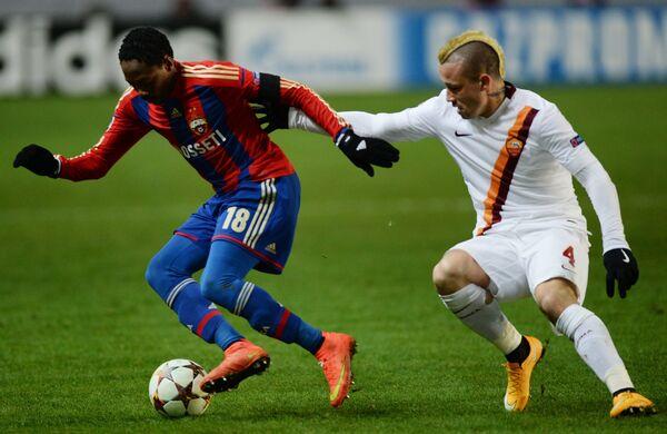 Полузащитник ЦСКА Ахмед Муса (слева) и полузащитник Ромы Раджа Найнгголан.