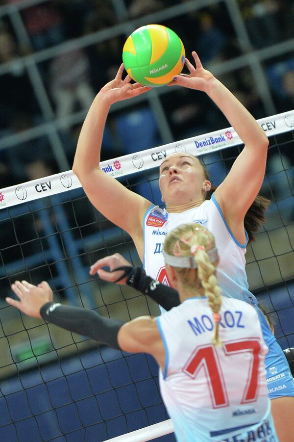 Связующая ВК Динамо (Москва) Екатерина Косьяненко (на втором плане) и блокирующая Регина Мороз.
