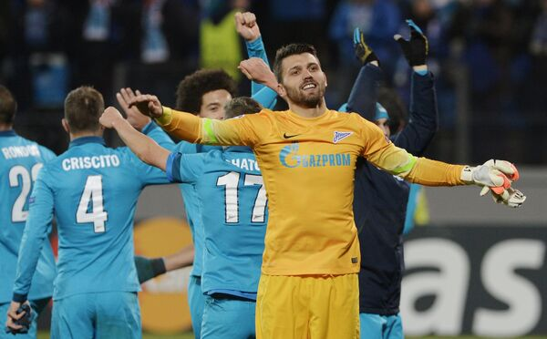 Футболисты Зенита празднуют победу после матча с Бенфикой