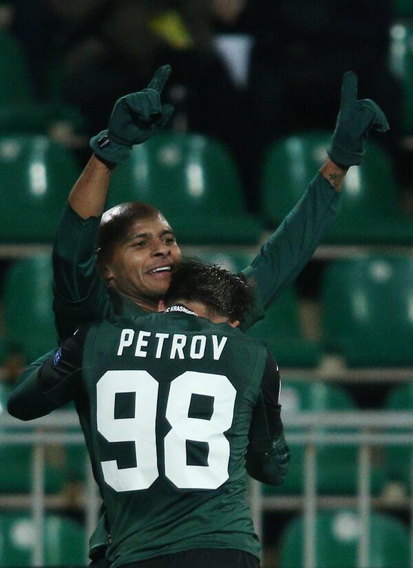 Игроки Краснодара Ари (слева) и Сергей Петров