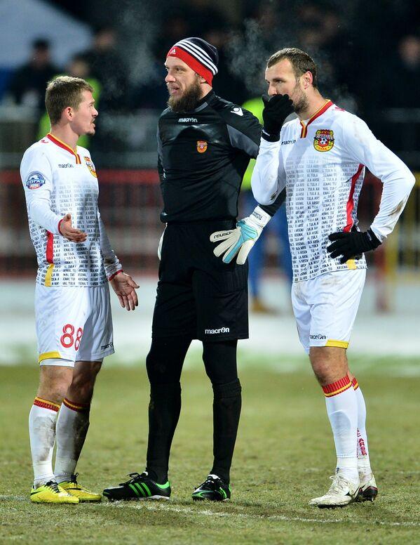 Футболисты Арсенала Александр Макаренко, вратарь Александр Филимонов и Евгений Осипов (слева направо)