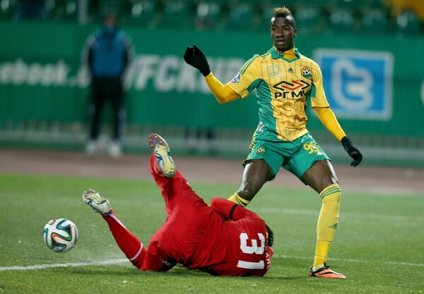 Вратарь Краснодара Андрей Дикань (внизу) и нападающий Кубани Ибраима Бальде