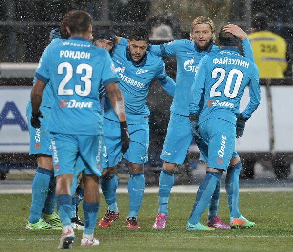 Футболисты Зенита Виктор Файзулин, Анатолий Тимощук и Халк (справа налево) радуются забитому голу