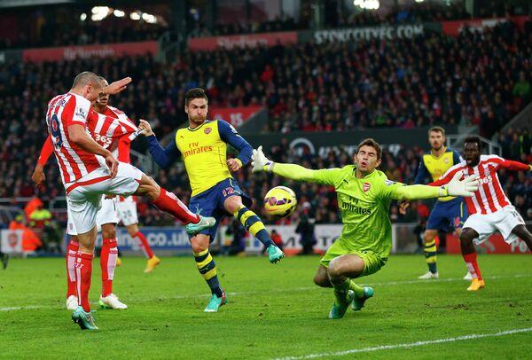 Защитник Стока Джонатан Уолтерс забивает мяч в ворота Арсенала
