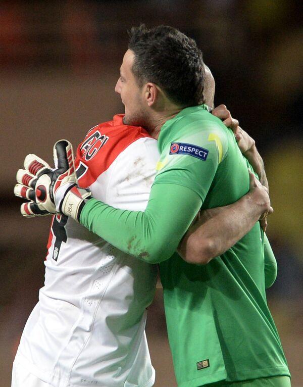 Вратарь Монако Даниэль Субашич (справа) и защитник Монако Андреа Раджи