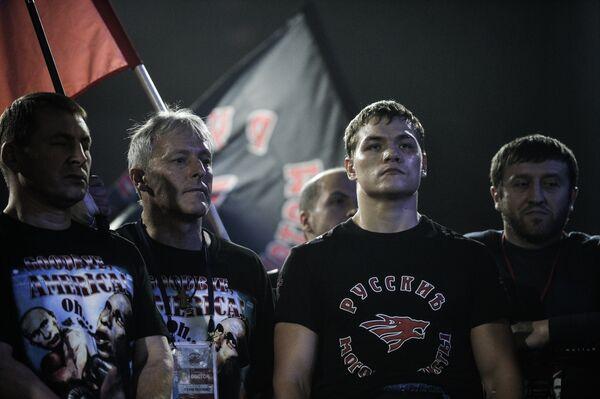Российский боксер Федор Чудинов (второй справа) перед поединком.