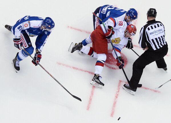 Форвард сборной Финляндии Оскар Осала, форвард сборной России Александр Бурмистров (слева направо)