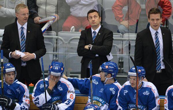 Главный тренер сборной Финляндии Кари Ялонен (слева)