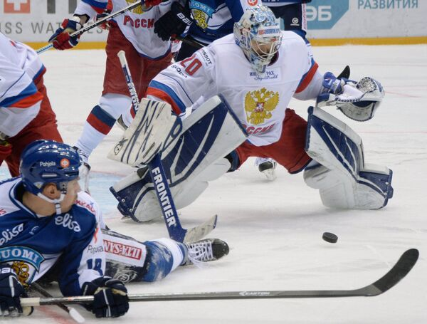 Вратарь сборной России Александр Еременко (справа)