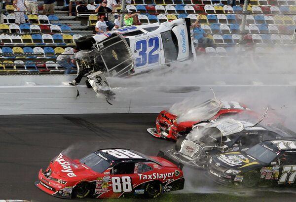 Автомобиль пилота Кайла Ларсона вылетает с трассы во время этапа серии NASCAR Nationwide Series на трассе в Дайтоне Бич