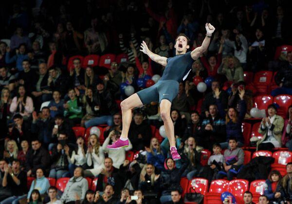 Французский прыгун с шестом Рено Лавиллени