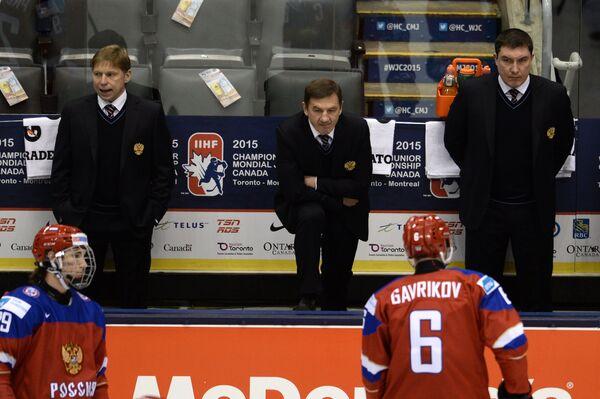 Главный тренер молодежной сборной России по хоккею Валерий Брагин (в центре) и игрок сборной России Владислав Гавриков (справа)