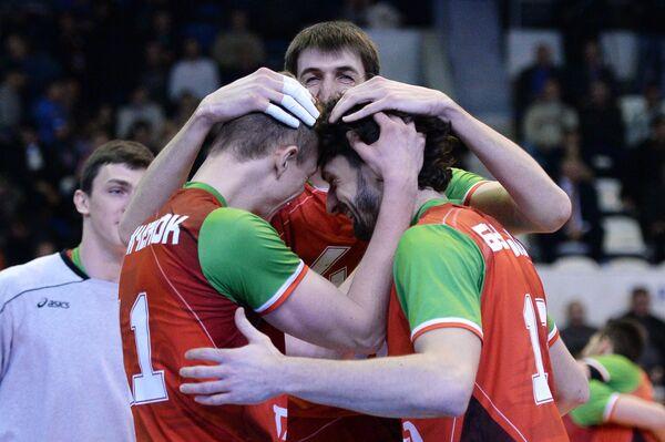 Волейболисты новосибирского Локомотива Денис Земченок, Артем Вольвич и Александр Бутько (слева направо) радуются победе