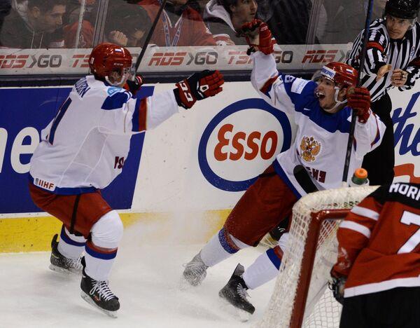 Хоккеисты молодежной сборной России Николай Голдобин (слева) и Владислав Каменев