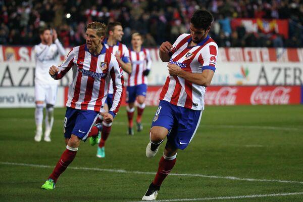 Футболисты мадридского Атлетико Фернандо Торрес и Рауль Гарсия радуются забитому мячу в ворота Реала
