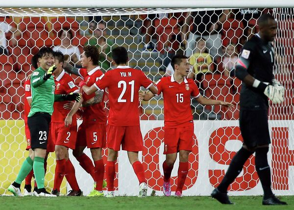 Футболисты сборной Китая радуются победе